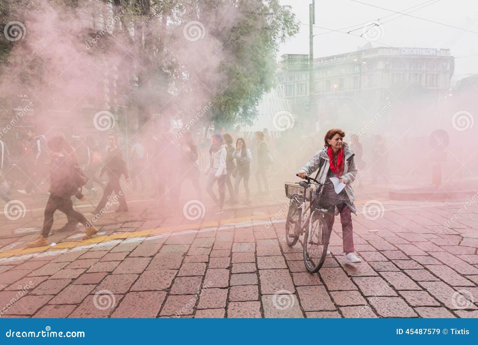 数千学生在城市街道前进在米兰,意大利