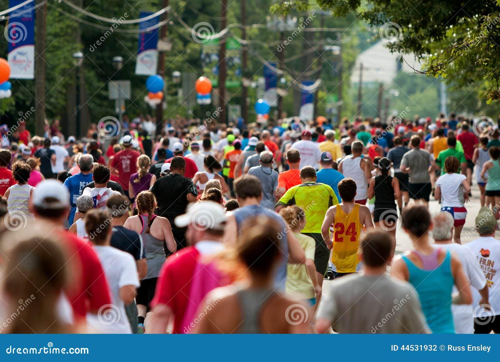 数千跑往亚特兰大Peachtree公路赛终点线
