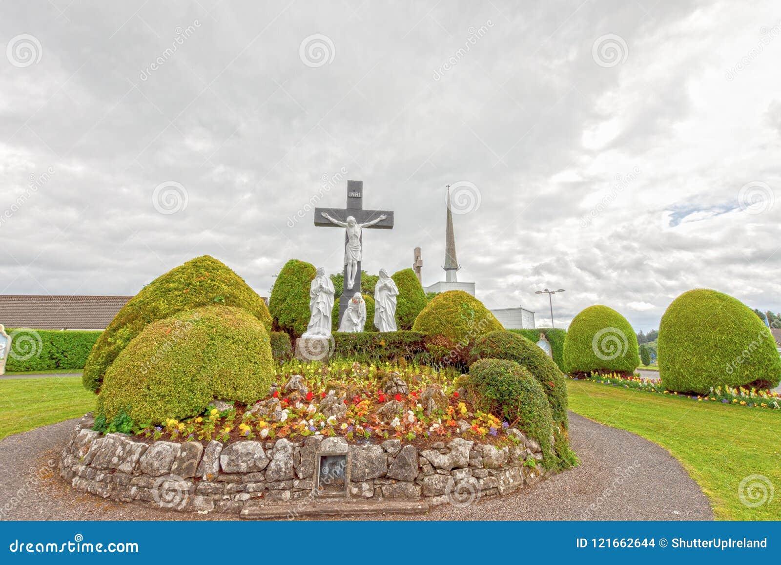 敲,马约角,爱尔兰 在Co马约角的爱尔兰` s全国玛丽亚寺庙,访问1 5每年百万人民 敲寺庙