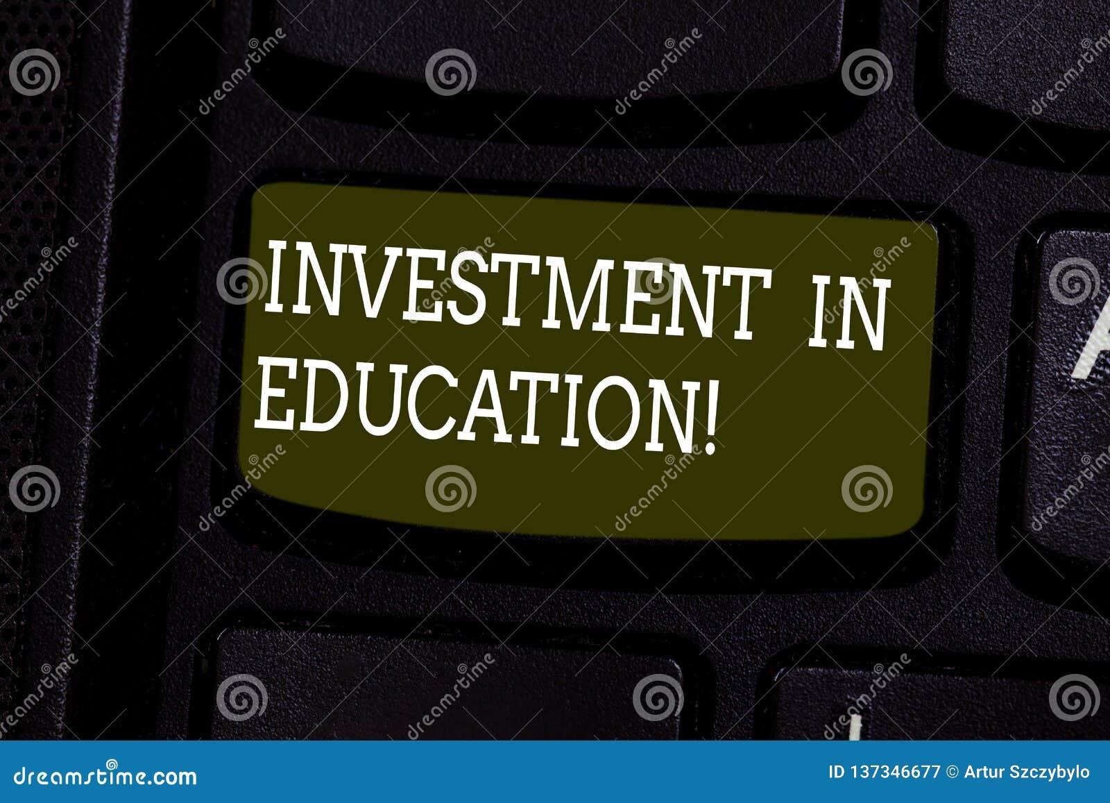 文本标志在教育的陈列投资 概念性照片获得将增加赢得键盘键的知识