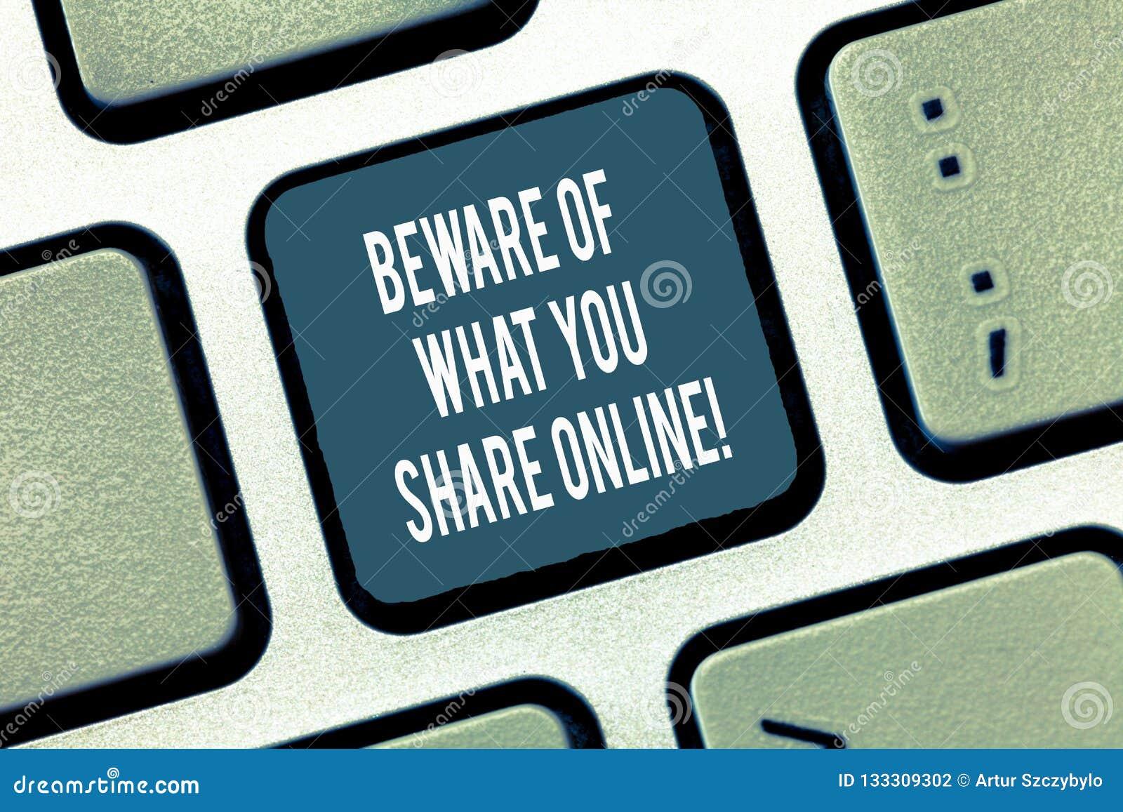 文本标志陈列当心什么您在网上分享 概念性照片对您张贴键盘的信息小心