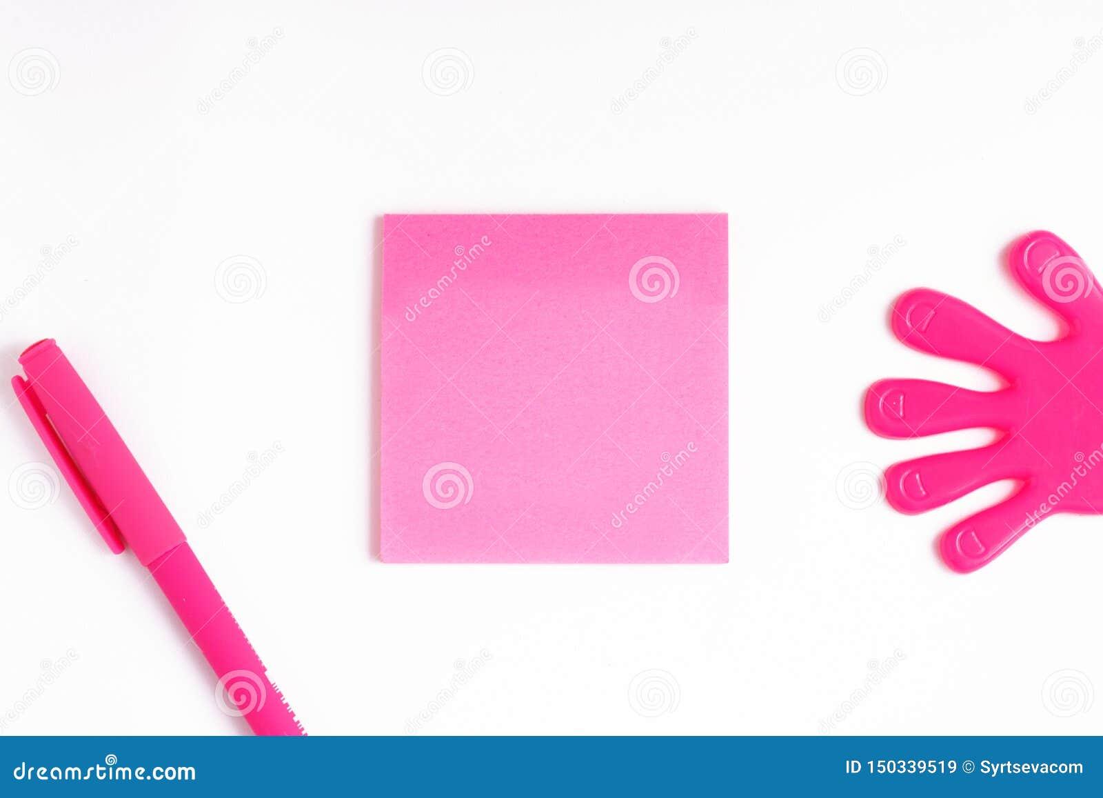 文本的在一个桃红色贴纸,写的模板,在纸片的桃红色笔空间写的旁边,