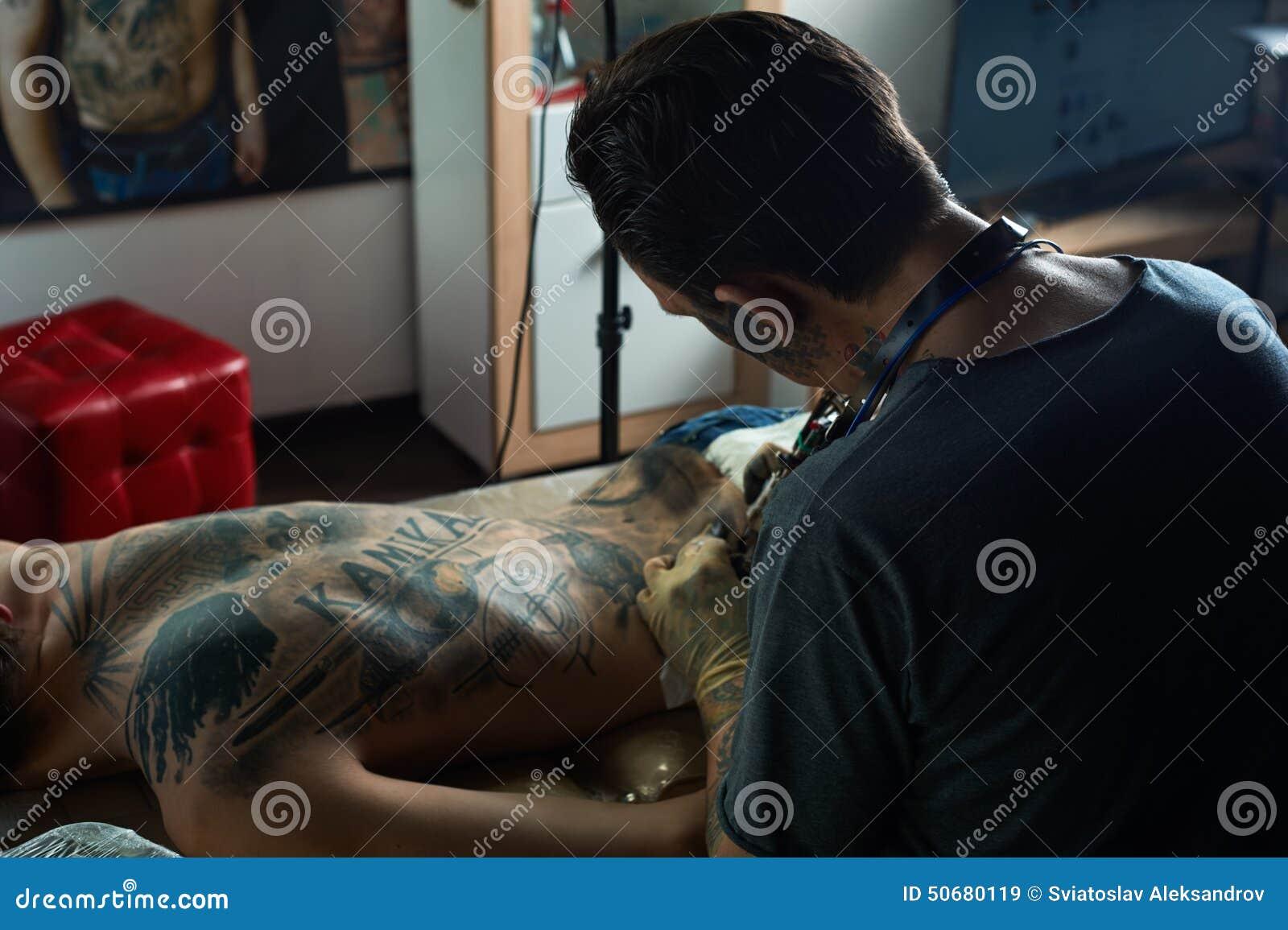 Download 文身的人做纹身花刺 从后面的看法 库存图片. 图片 包括有 成人, 人力, 特写镜头, 重要资料, 创建 - 50680119