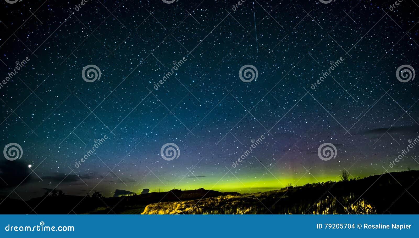 斯凯岛北极光和星小岛
