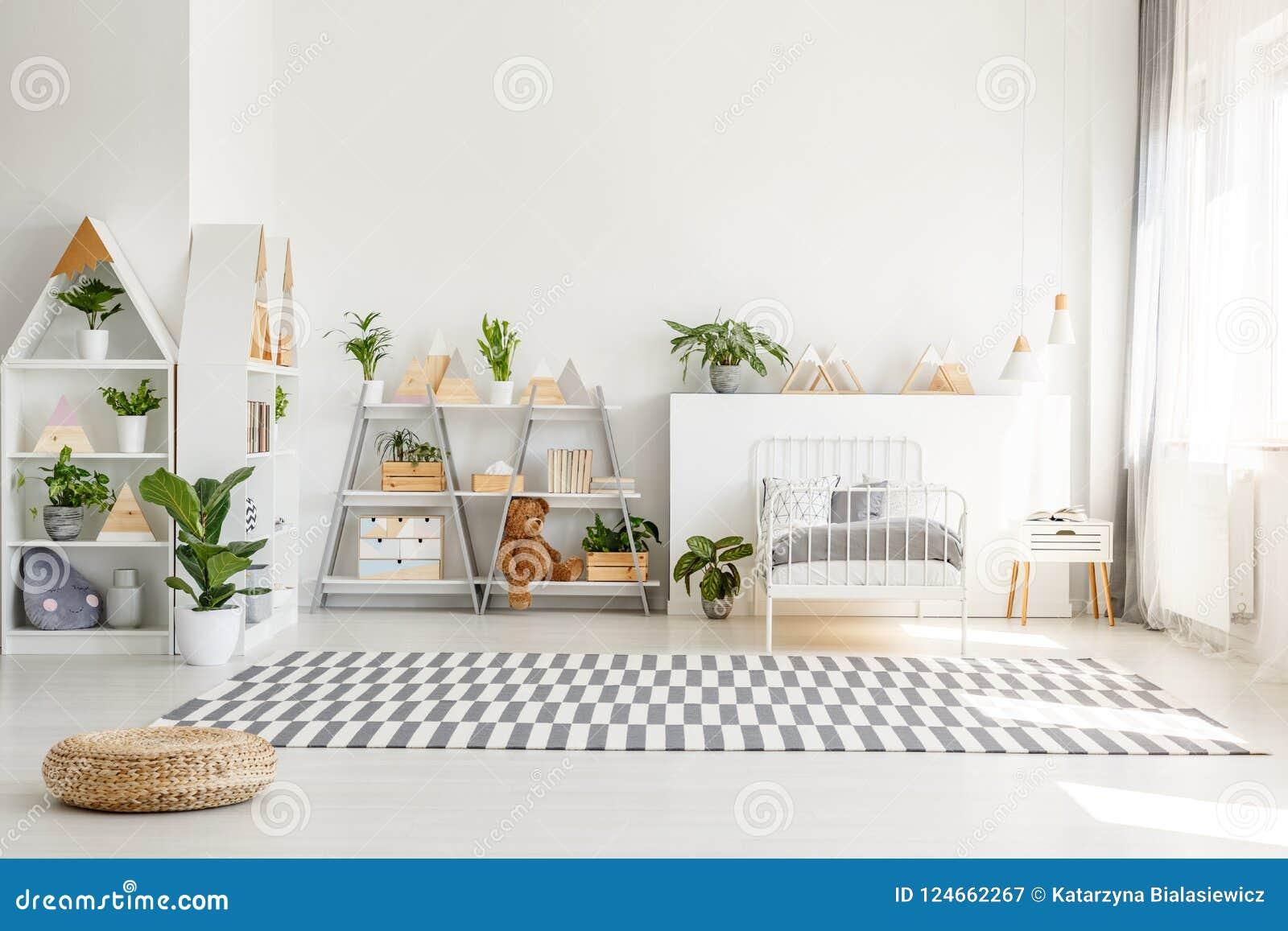 斯堪的纳维亚样式、木家具有植物的和山装饰在晴朗,单色儿童卧室内部与wh
