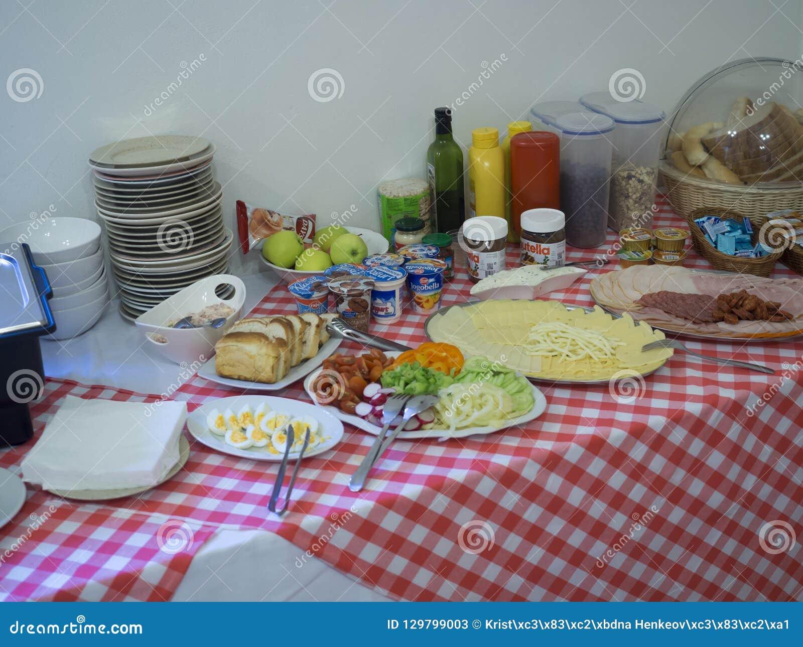 斯洛伐克,高太脱拉山,Stary Smokovec,2018年9月14日:Breakfest自助餐桌用火腿、乳酪、面包和甜点,serv