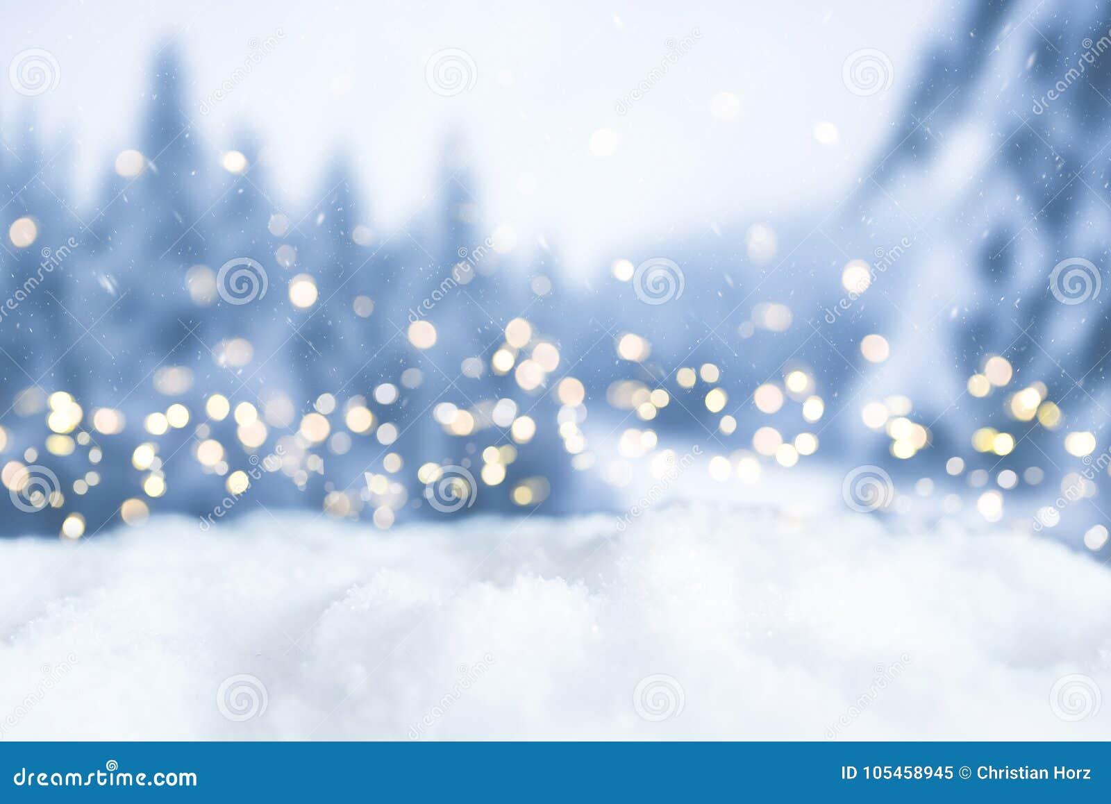 斯诺伊冬天圣诞节与光和树的bokeh背景