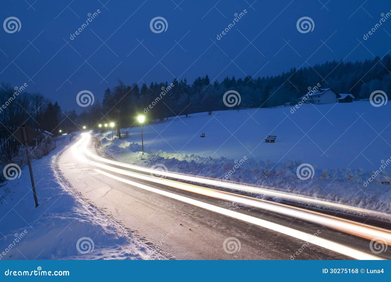 在夜冬天路的汽车足迹