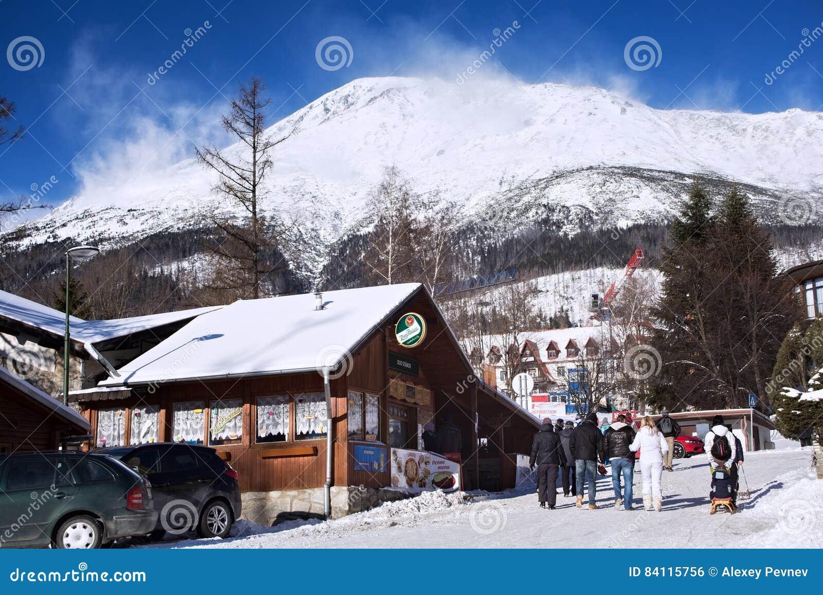 斯洛伐克, STARY SMOKOVEC - 2015年1月06日:高Tatras山的看法与用雪报道的峰顶的