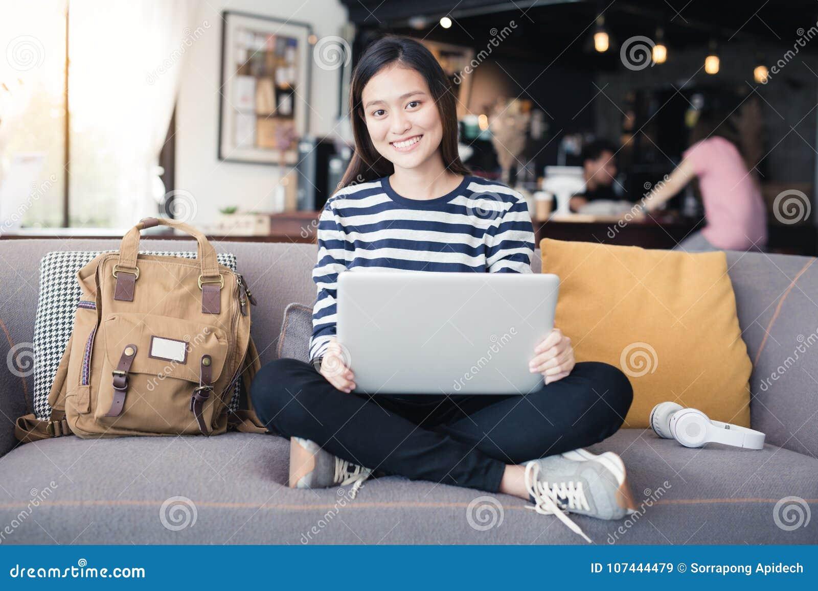 新一代使用膝上型计算机的亚洲人妇女在咖啡店,亚洲wo