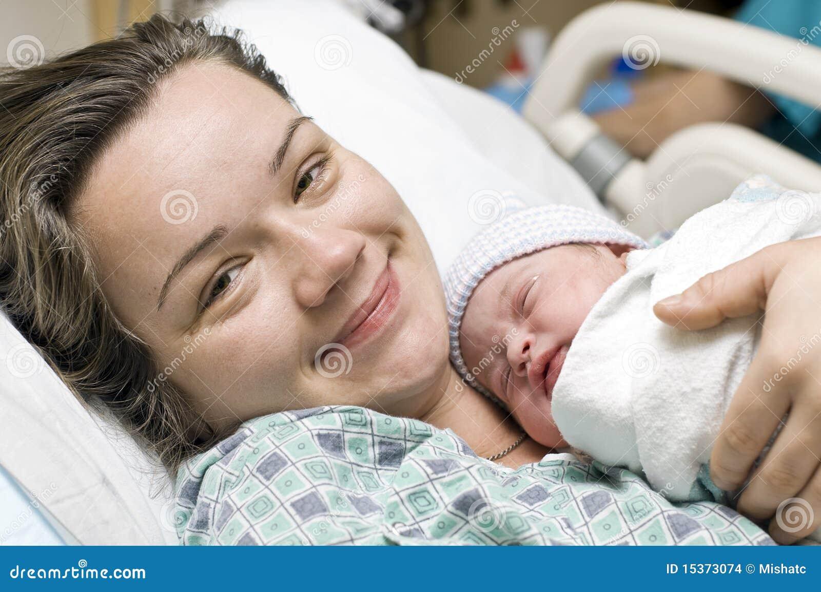 新出生婴孩愉快的母亲
