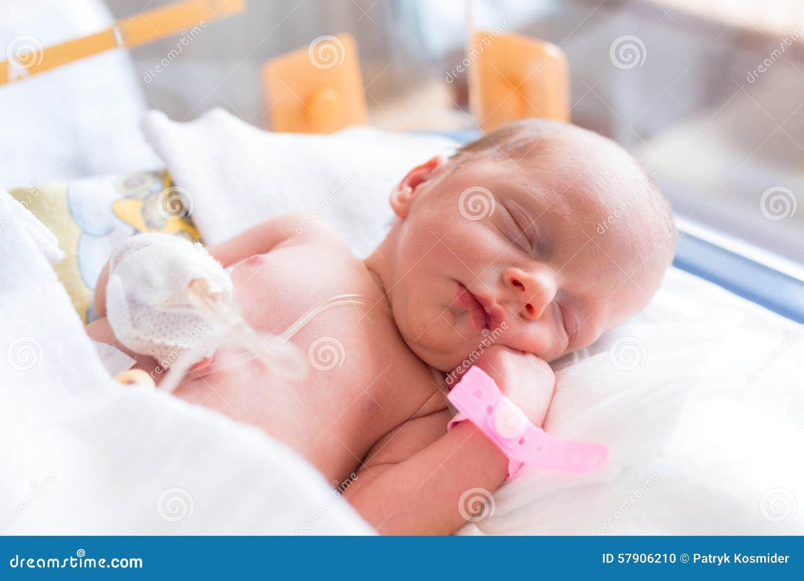 新出生的女婴在医院