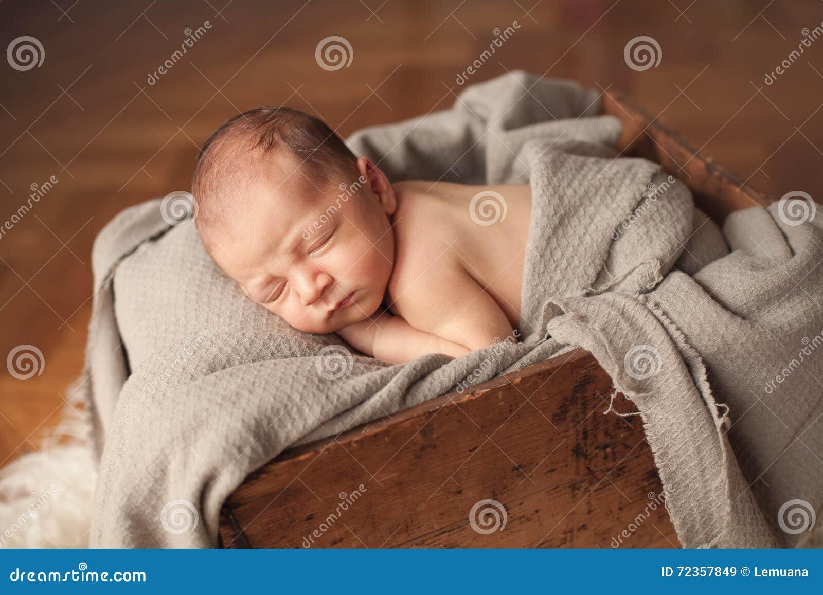 新出生的睡觉的男婴
