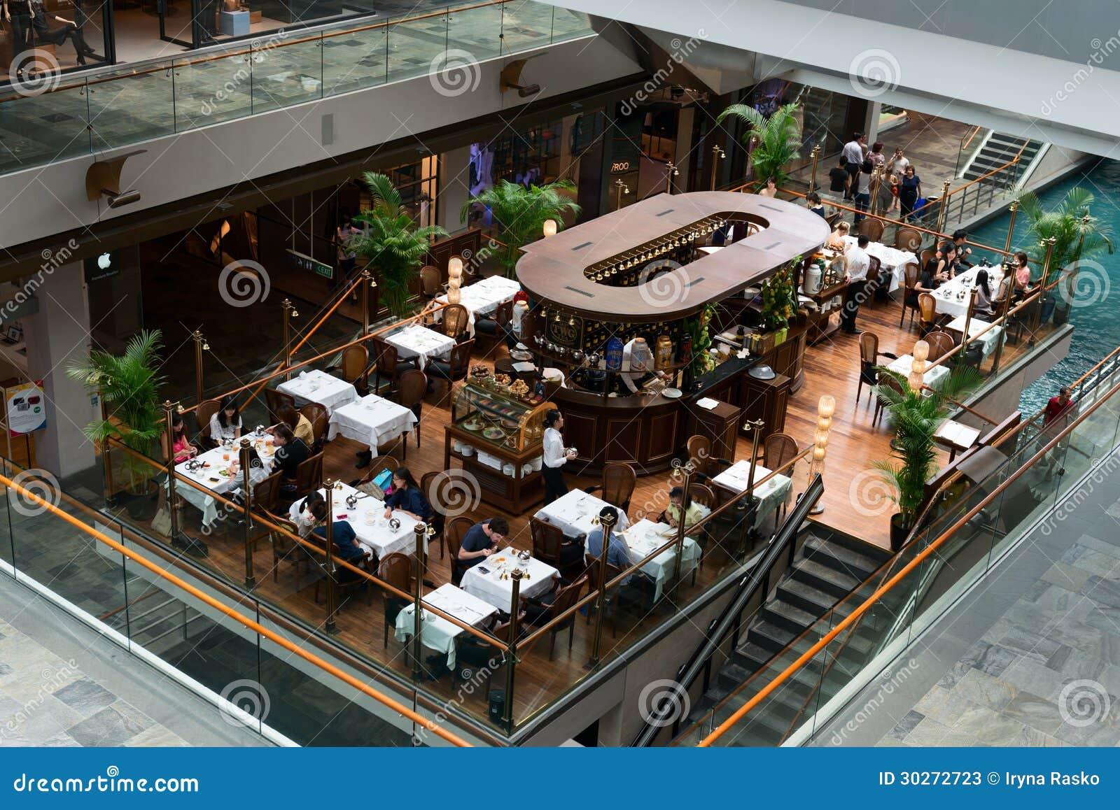在小游艇船坞海湾的咖啡馆铺沙豪华购物中心