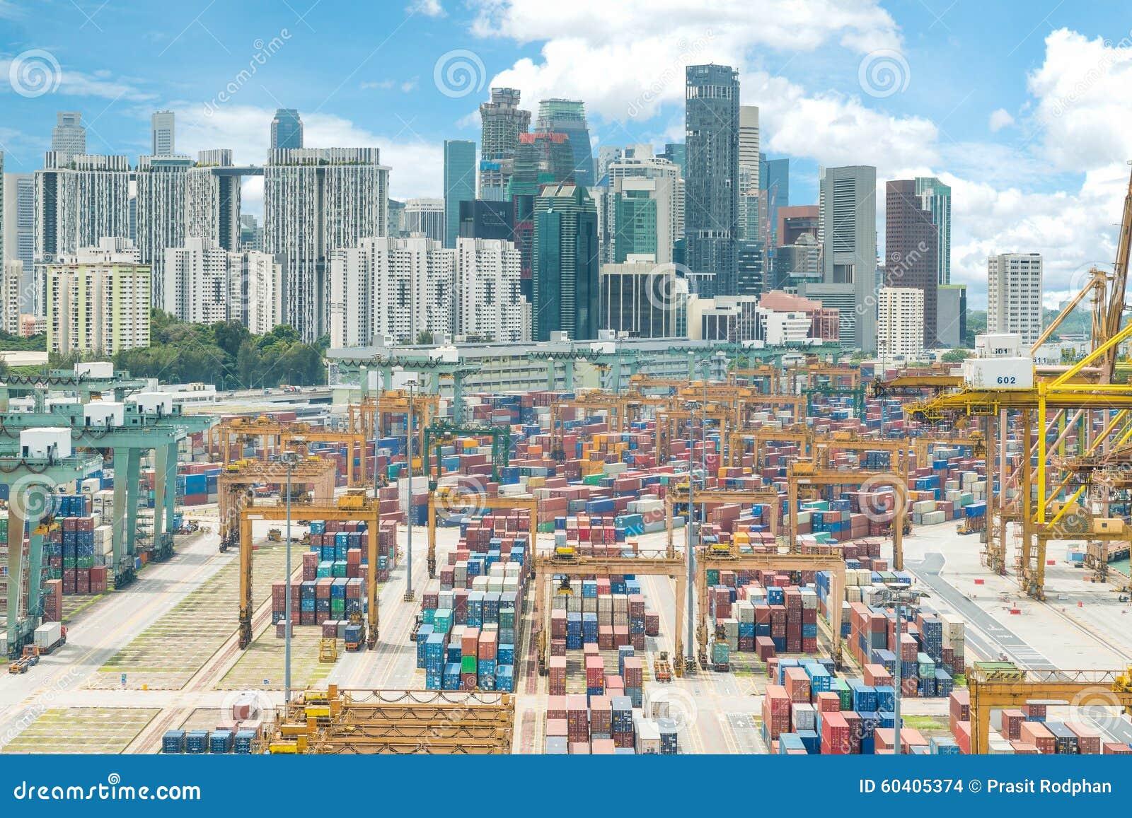 新加坡货箱口岸和新加坡市鸟瞰图