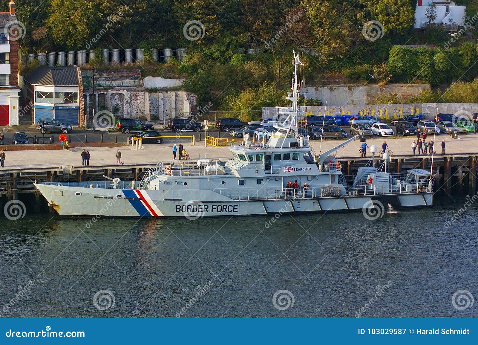 新堡,英国- 2014年10月5日, -她的停泊的英国边界力量切削刀HMC搜寻者