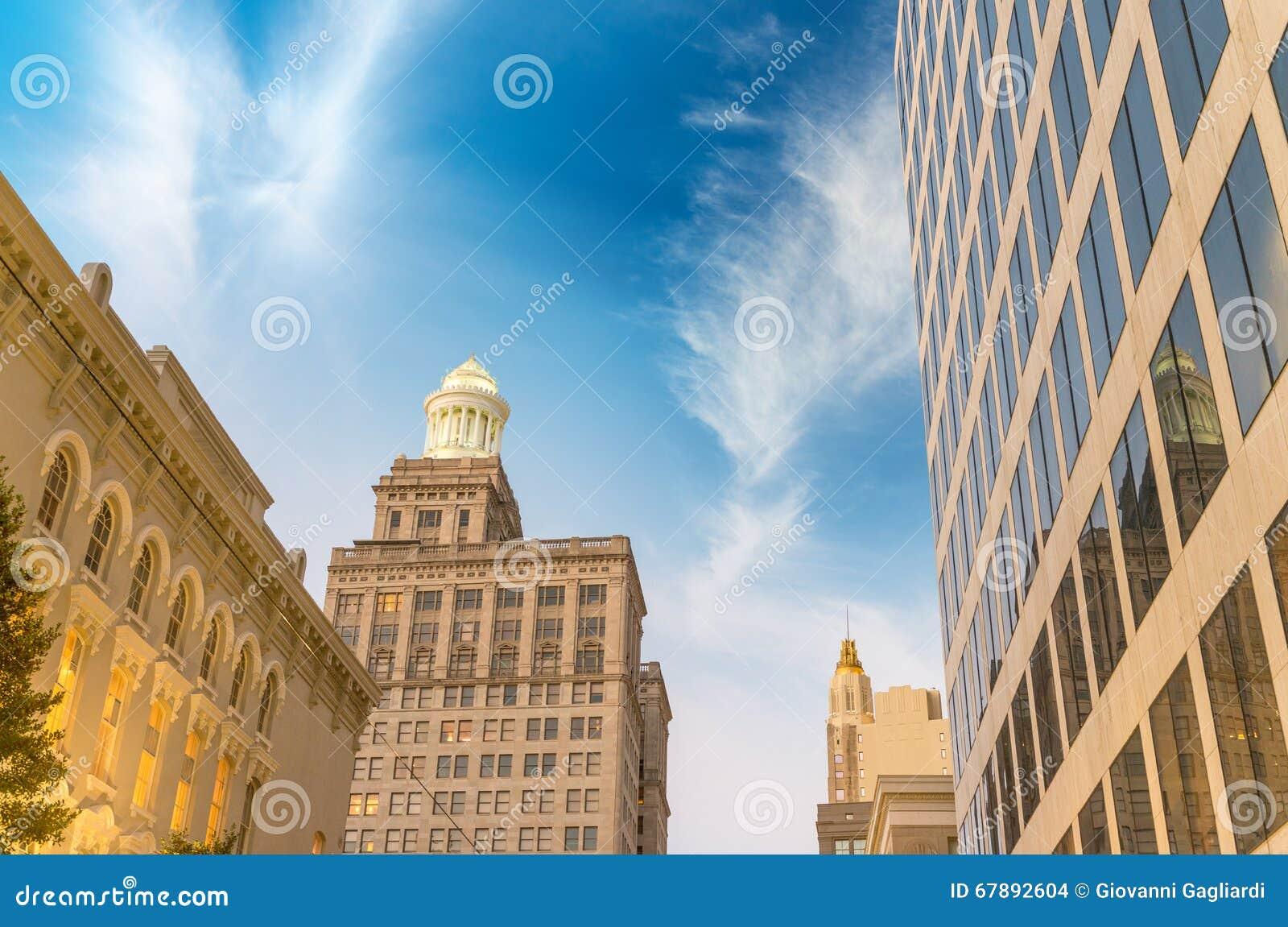 新奥尔良日落地平线 在黄昏的城市大厦