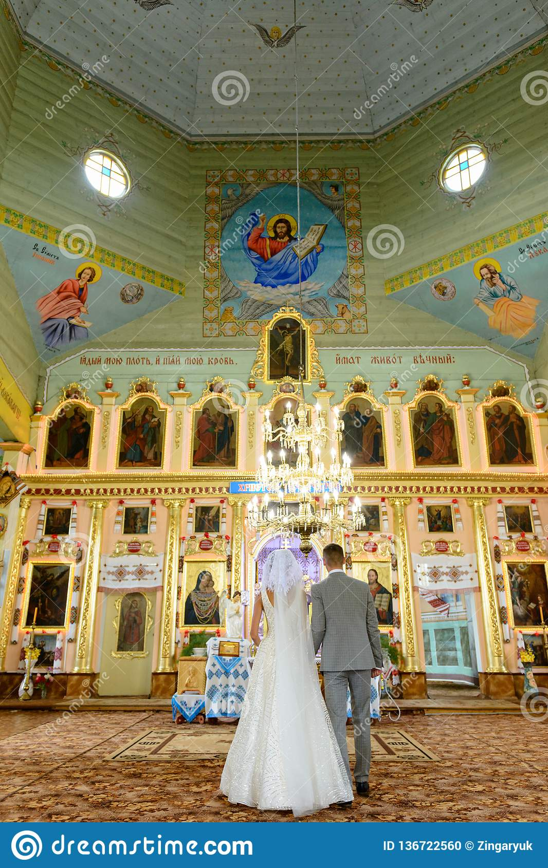 新娘和新郎在教会在婚礼期间