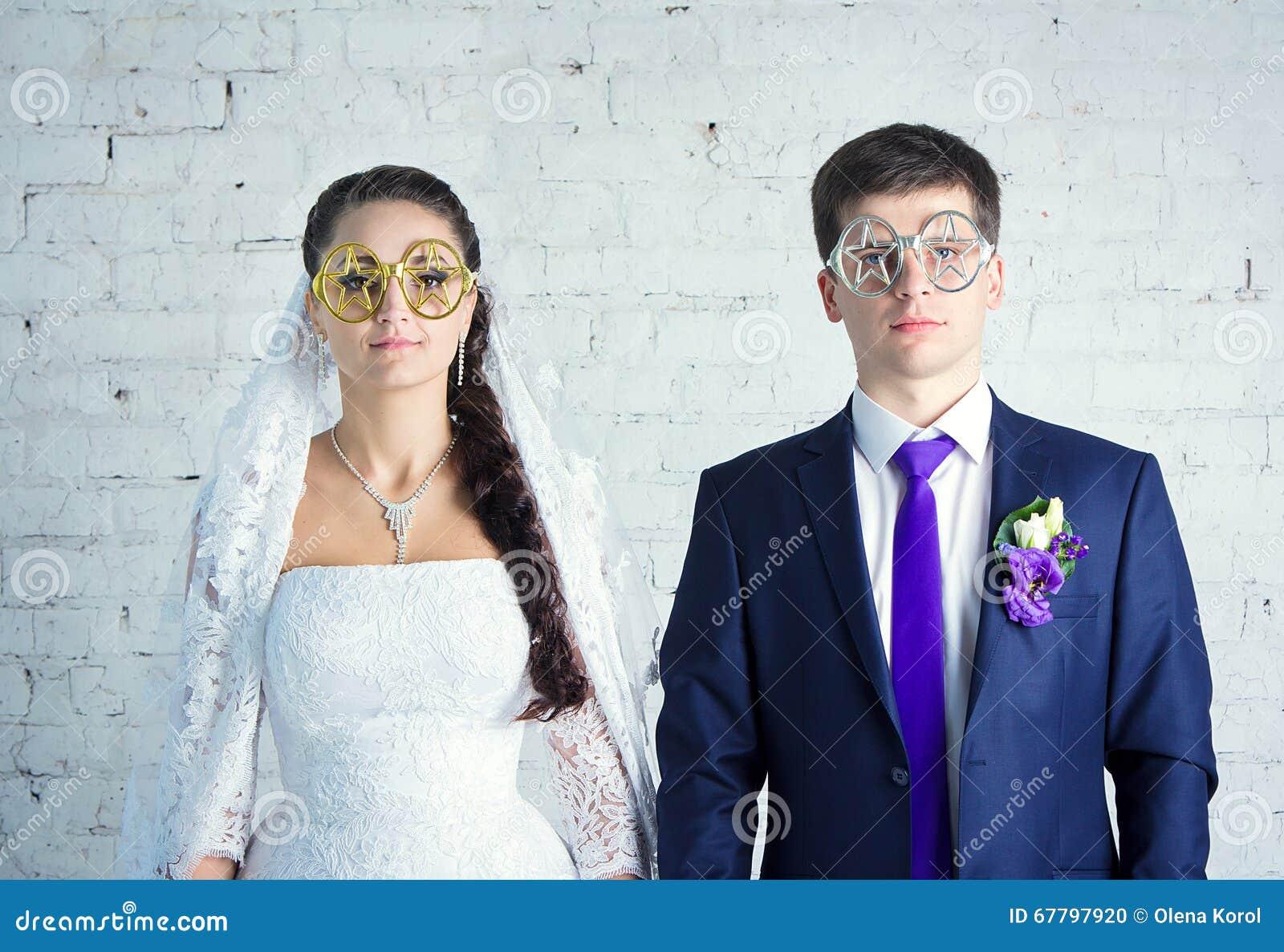 新娘和新郎在滑稽的玻璃