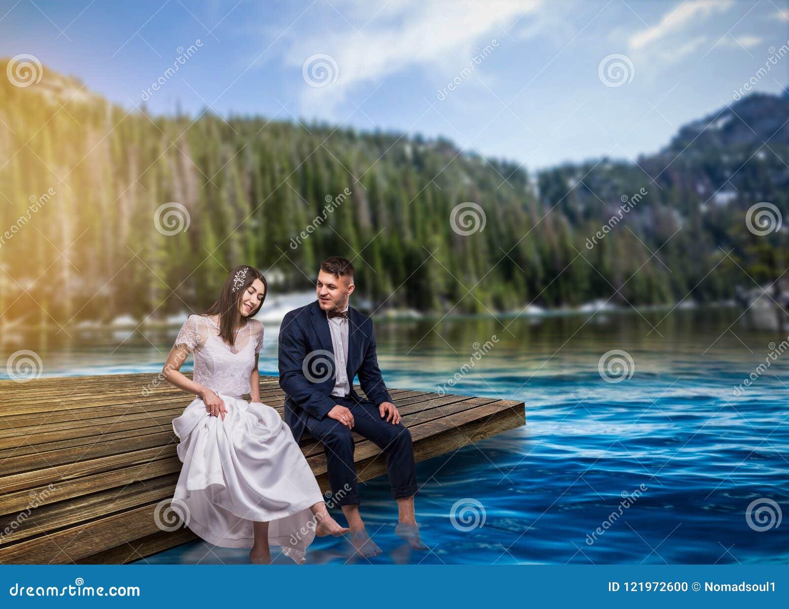 新娘和新郎坐码头,浪漫场面