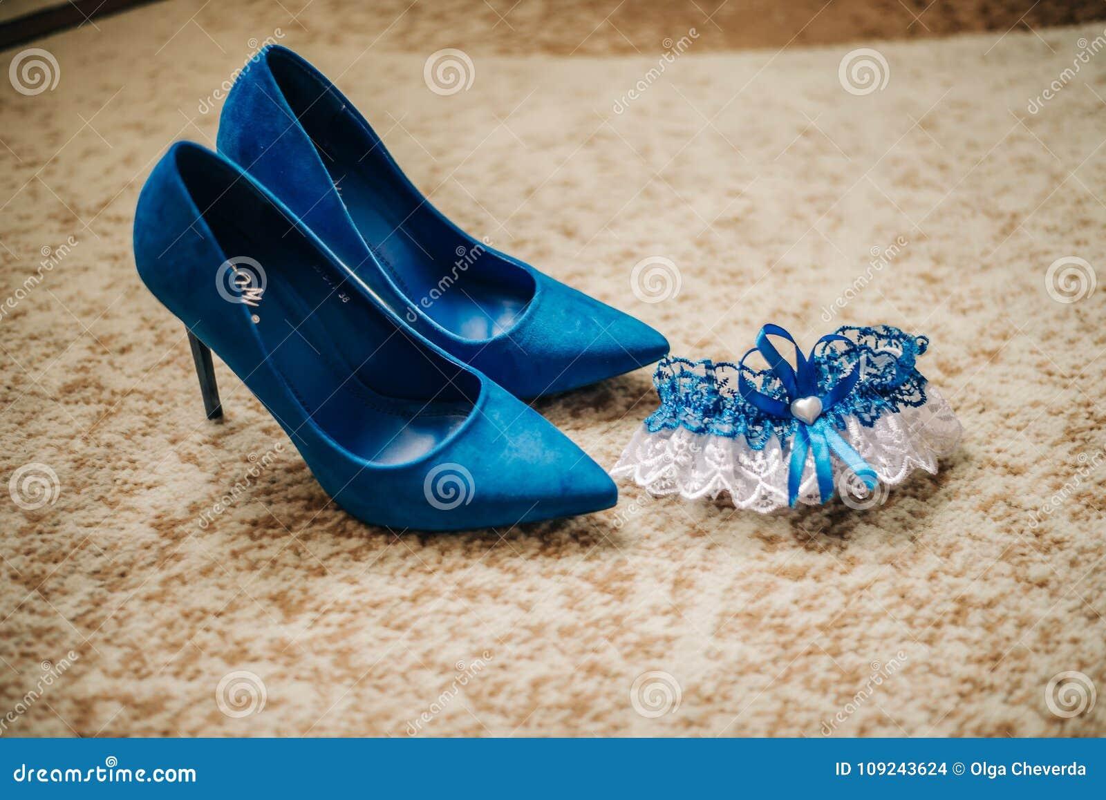 新娘和高跟鞋的袜带