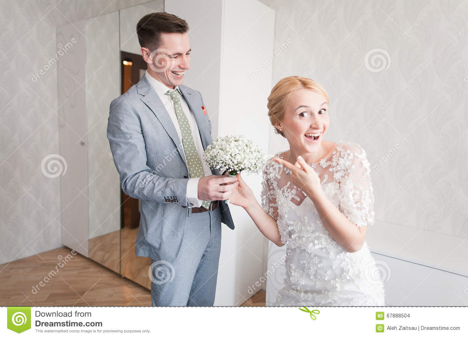 新娘情感,当她在婚礼之日时首先遇见她的新郎