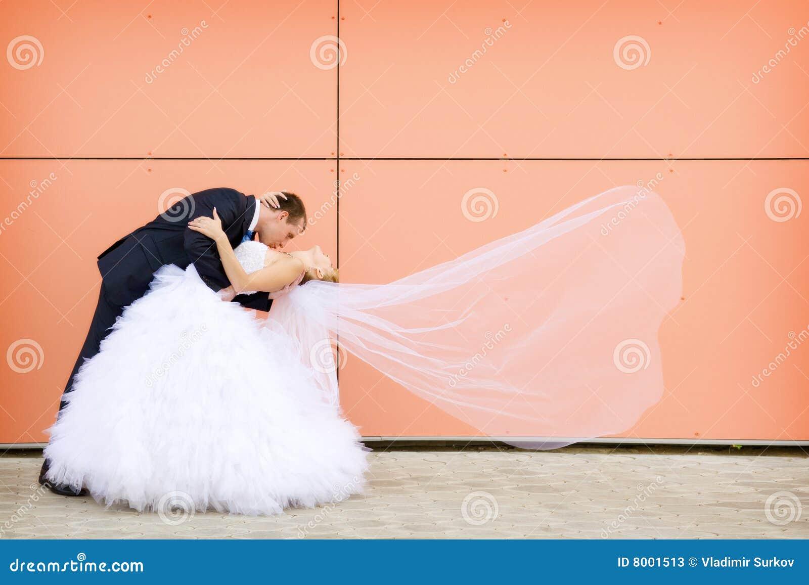 新娘新郎亲吻