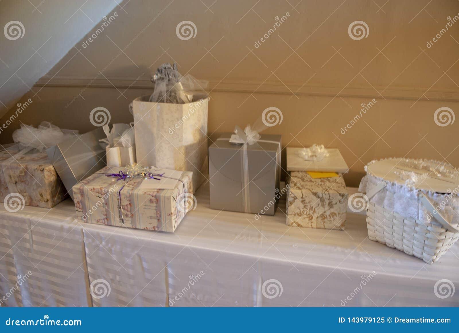 新娘礼物桌的照片在是的招待会
