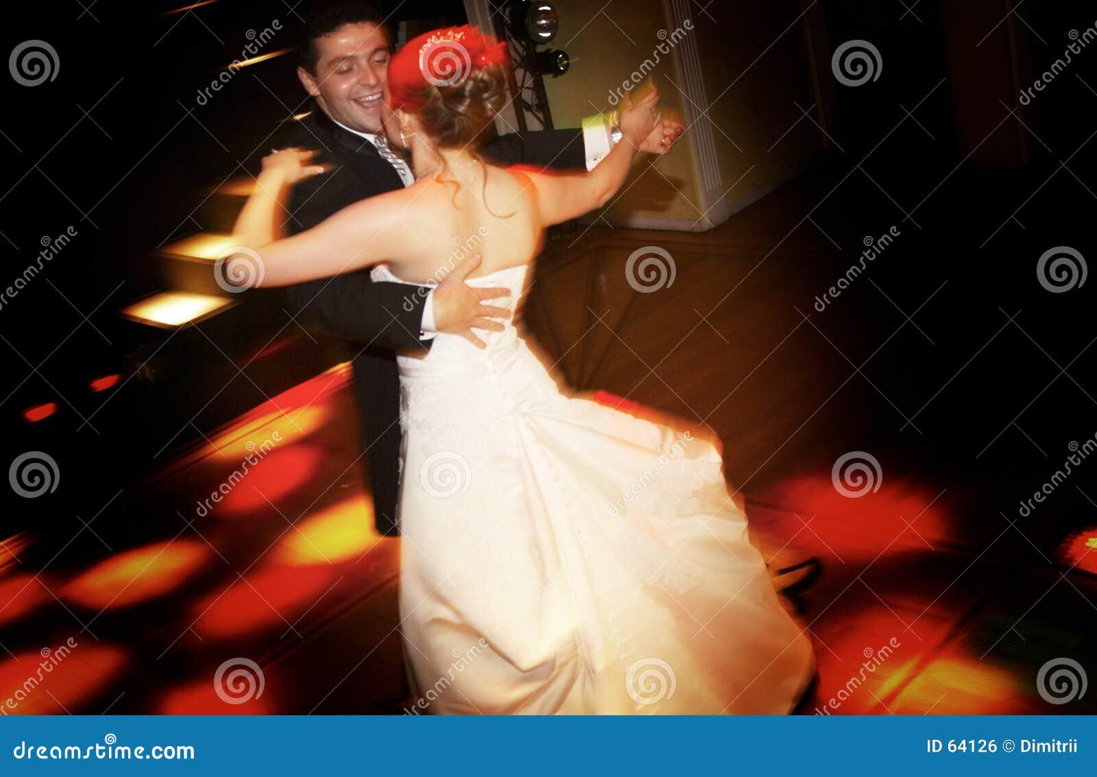 新娘跳舞新郎