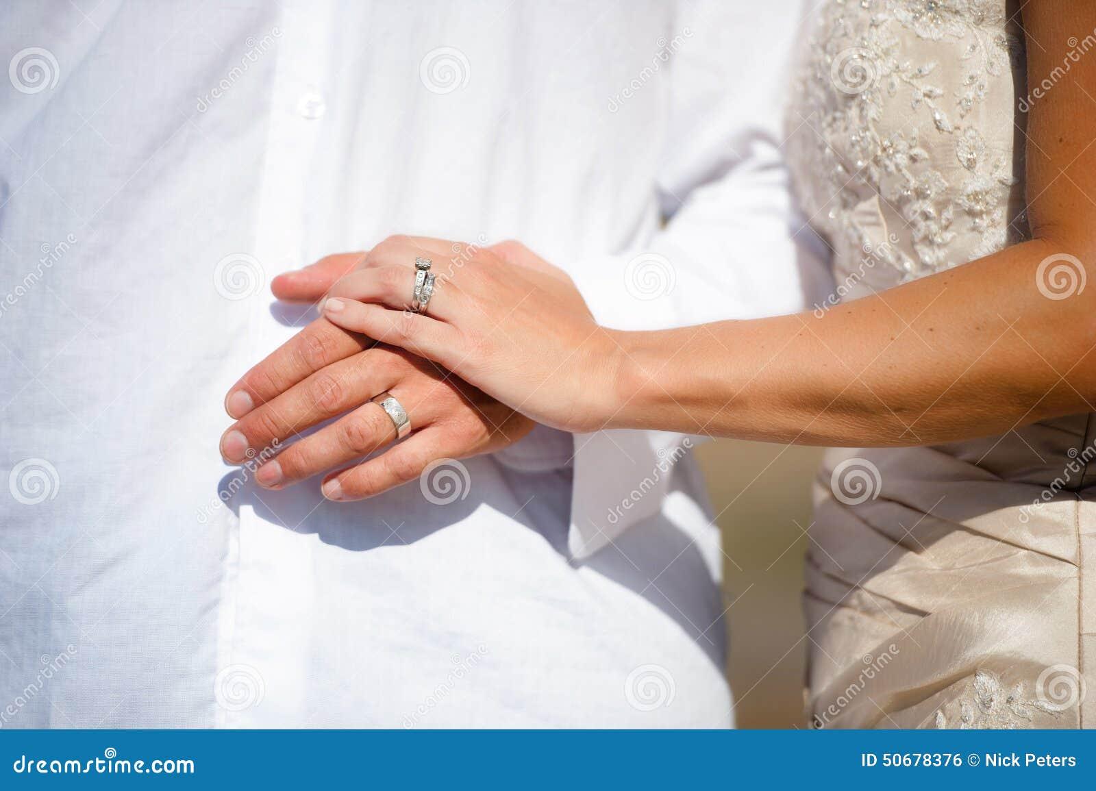 Download 新婚佳偶新娘和新郎的手 库存照片. 图片 包括有 女性, 白种人, 现有量, 受影响, 婚礼, 空白, 人们 - 50678376