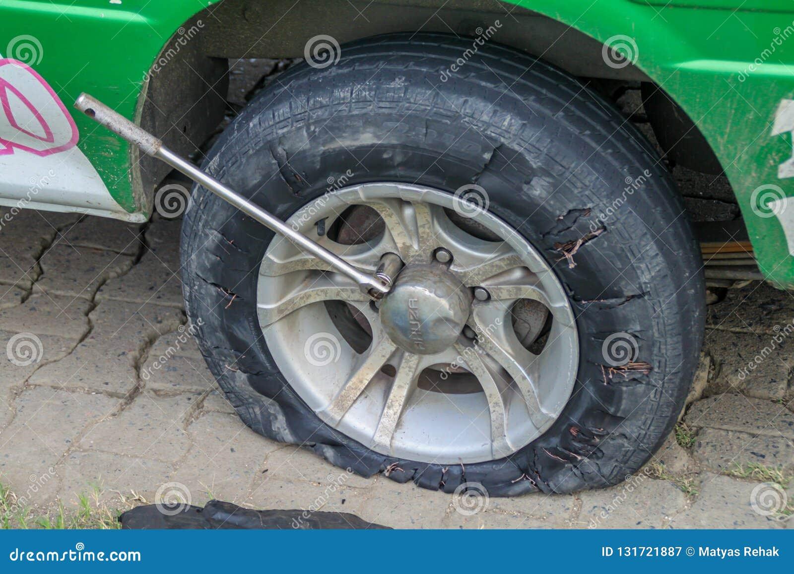 新尼克里,苏里南- 2015年8月9日:一辆搬运车的泄了气的轮胎在苏里南沿海ro的
