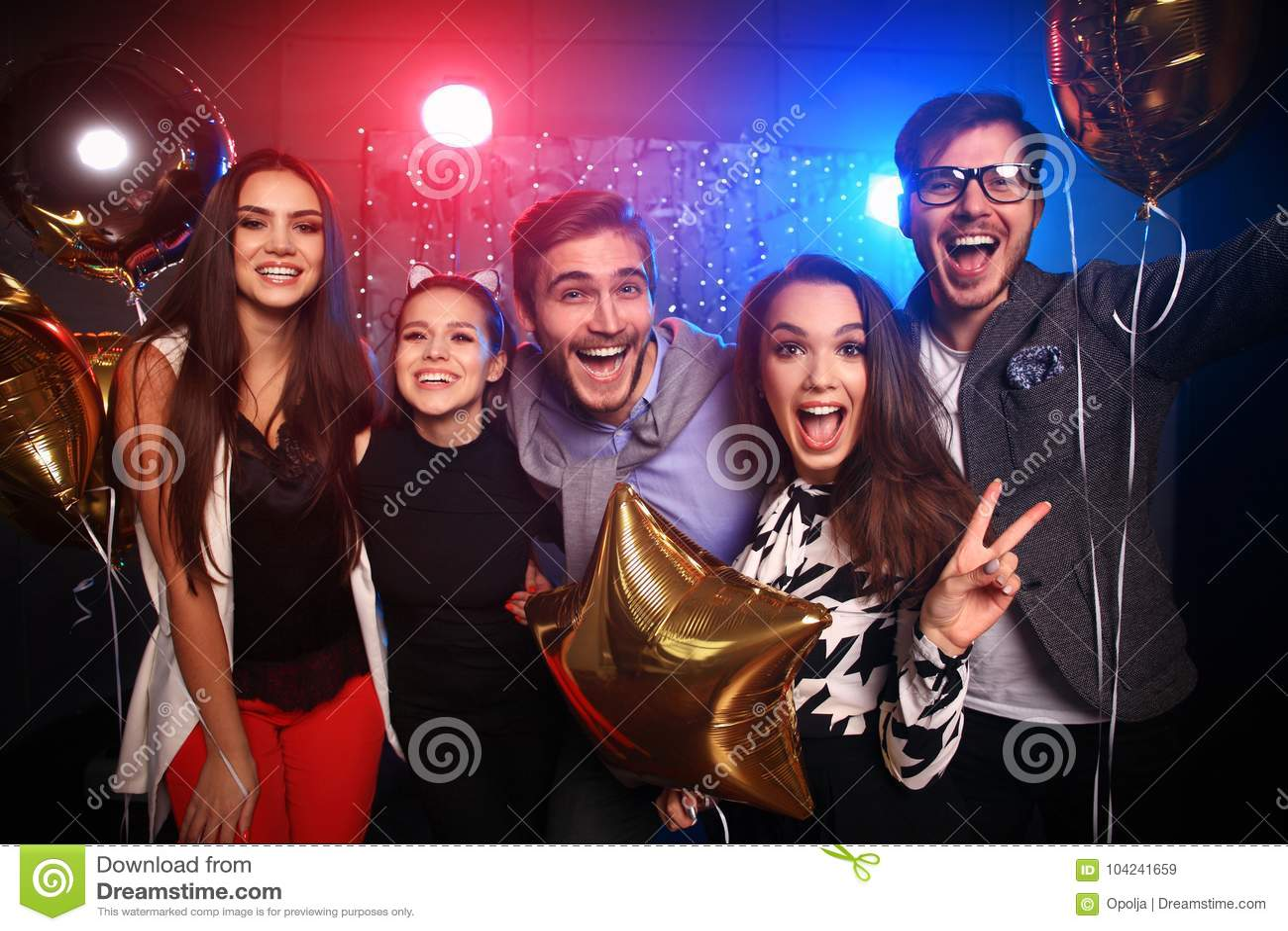 新年党、假日、庆祝、夜生活和人概念-青年人有乐趣跳舞在党