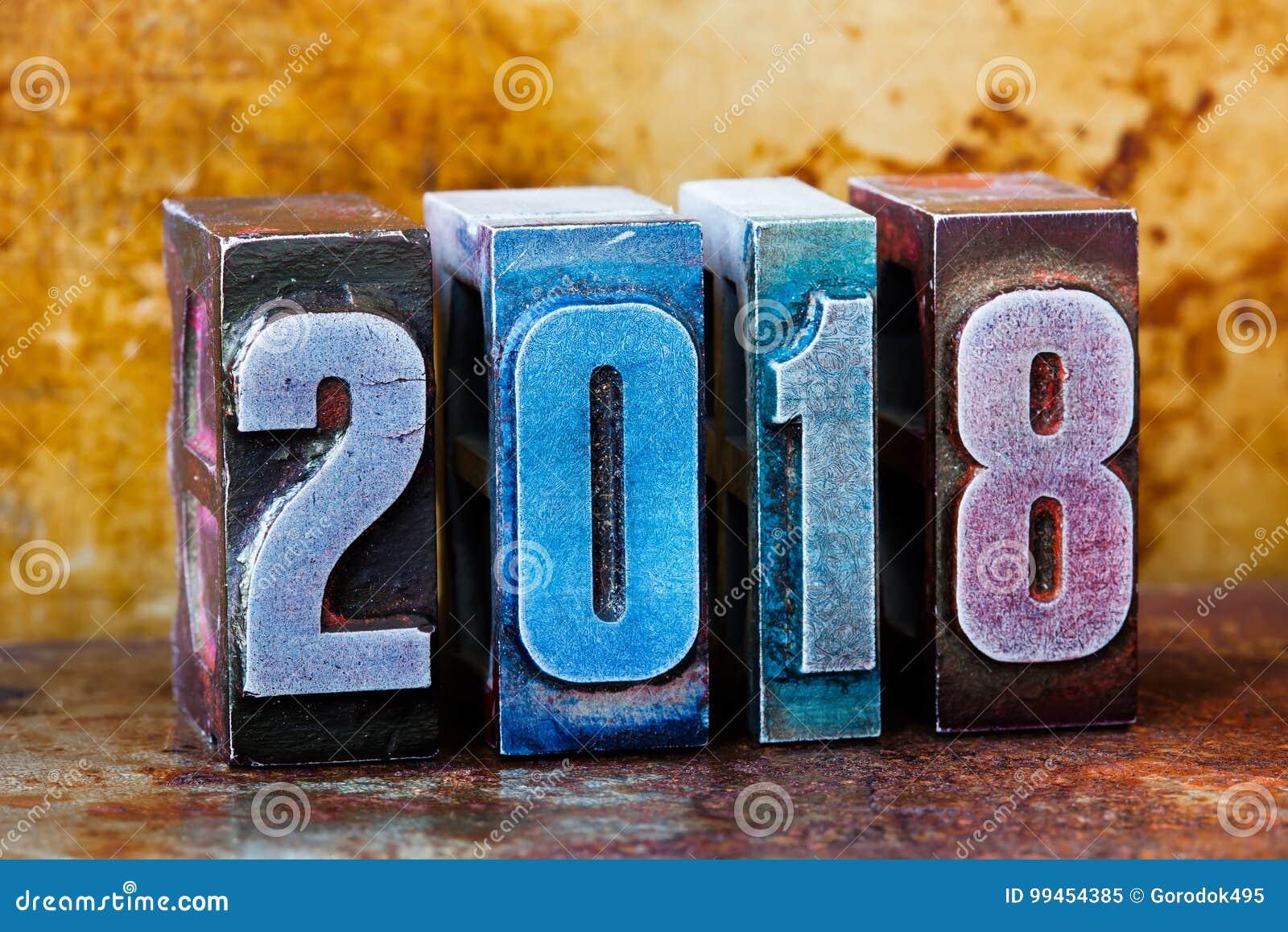 2018新年好明信片 五颜六色的活版数字标志寒假 创造性的减速火箭的样式设计xmas