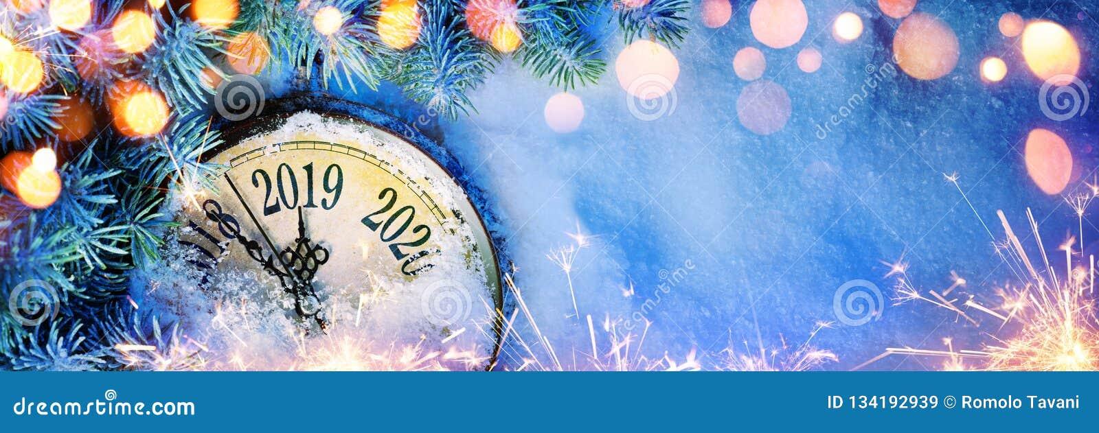 新年2019年-与拨号盘时钟的庆祝在雪