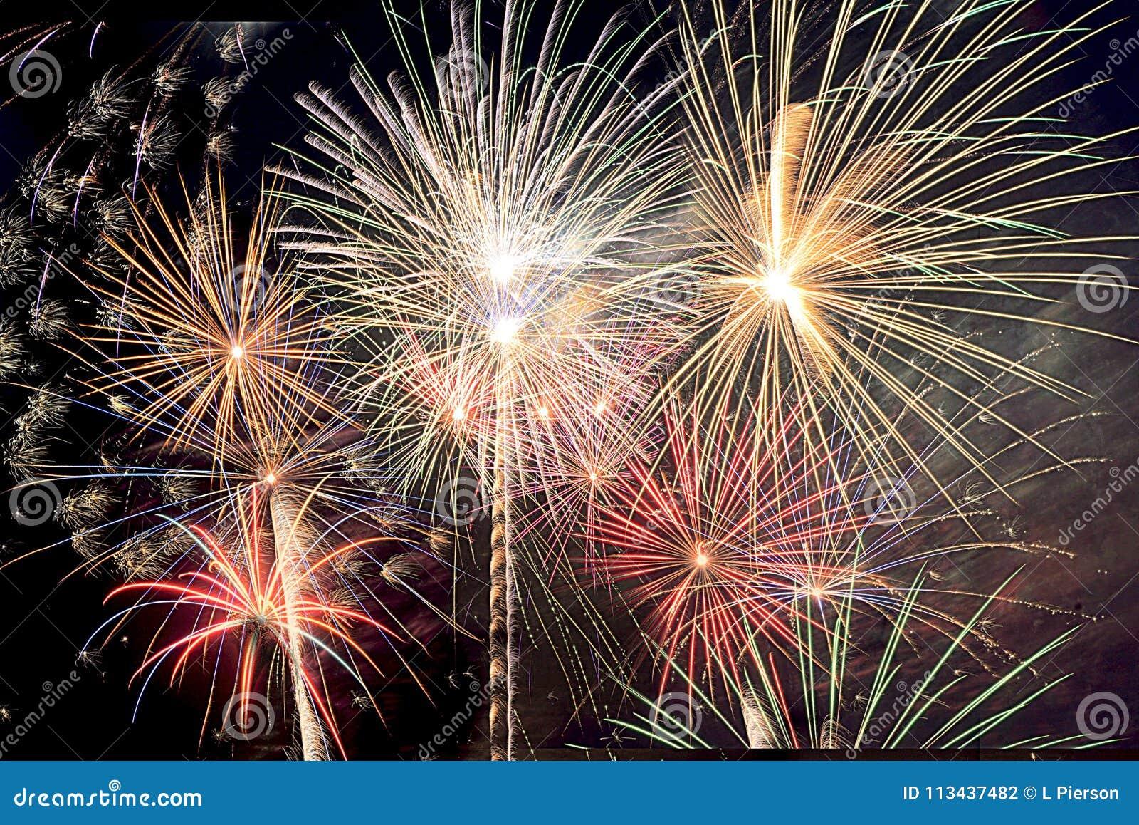 新年` s伊芙和美国独立纪念日烟花在南佛罗里达用充满活力的颜色爆炸包括夜空