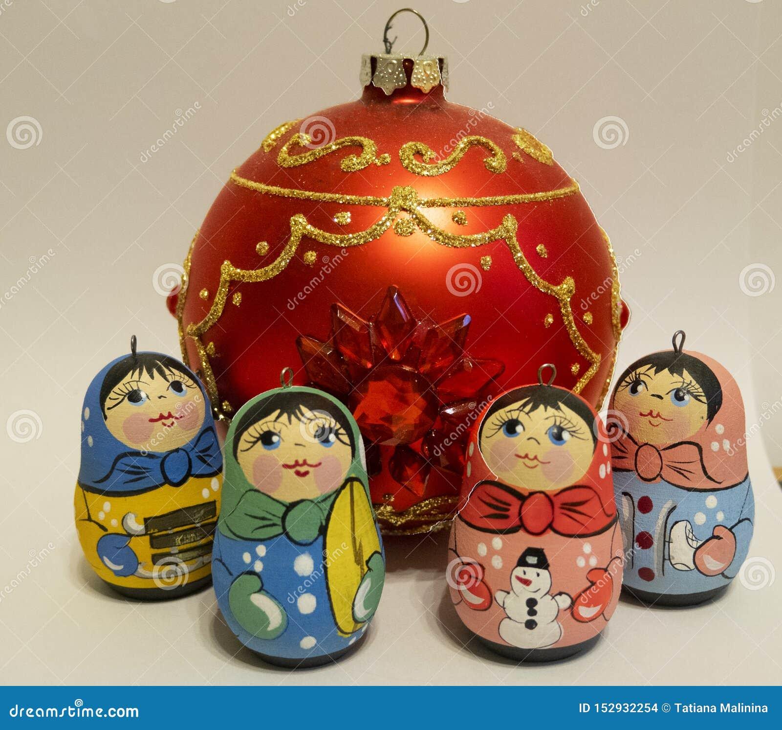 新年s玩具,小的俄国玩偶,红色玻璃球