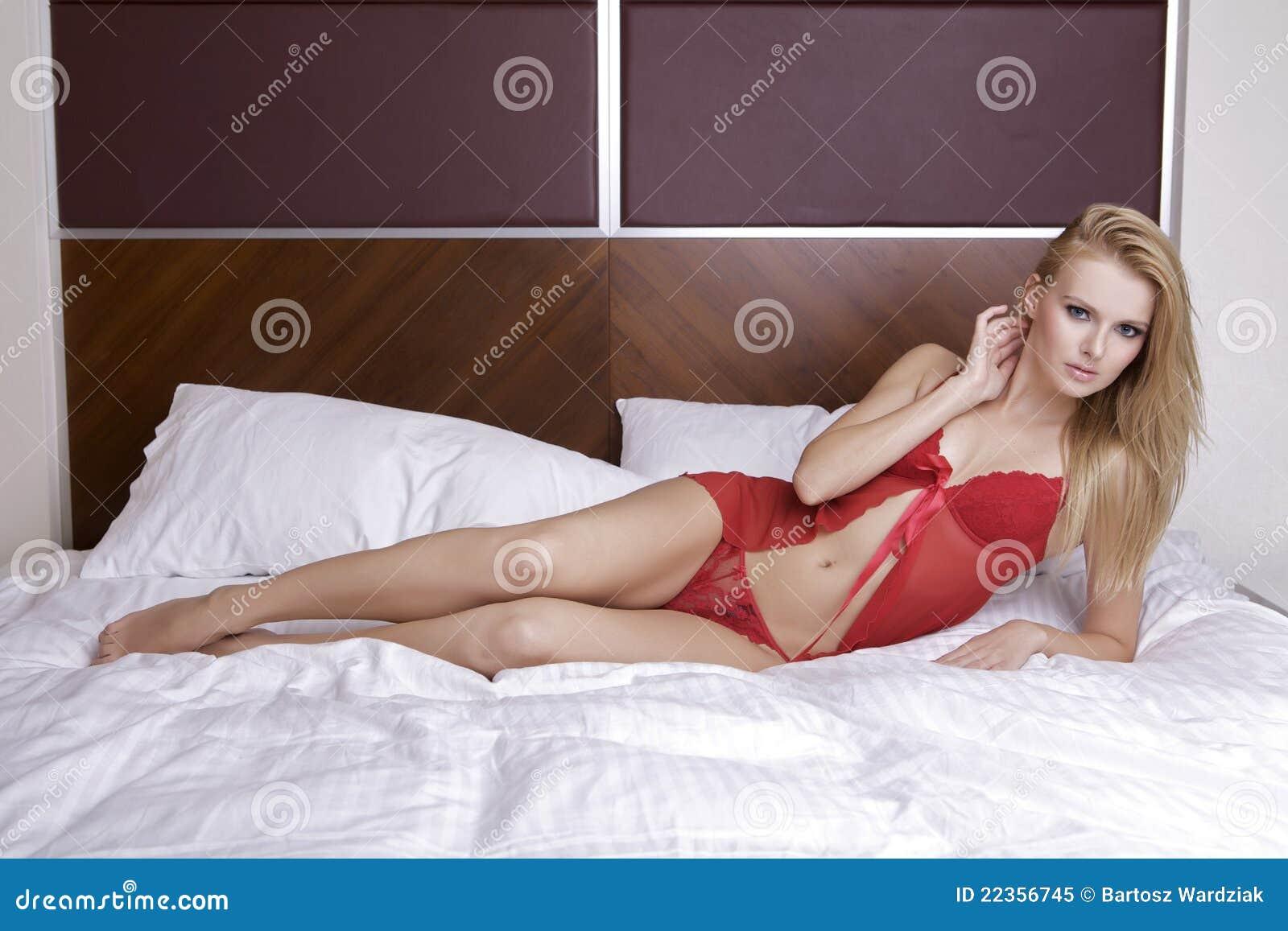 新性感白肤金发在性感的女用贴身内衣裤