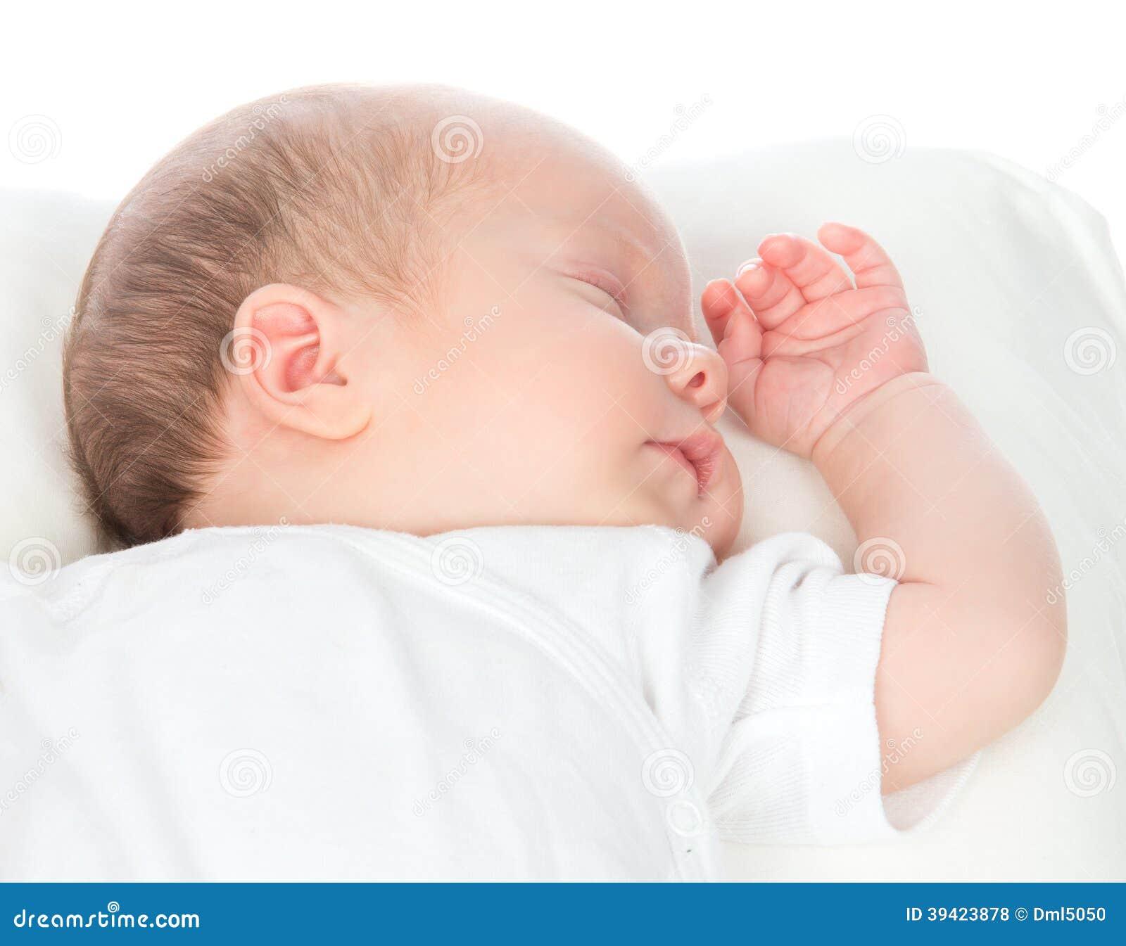 新生儿儿童睡觉在白色shir的后面的女婴