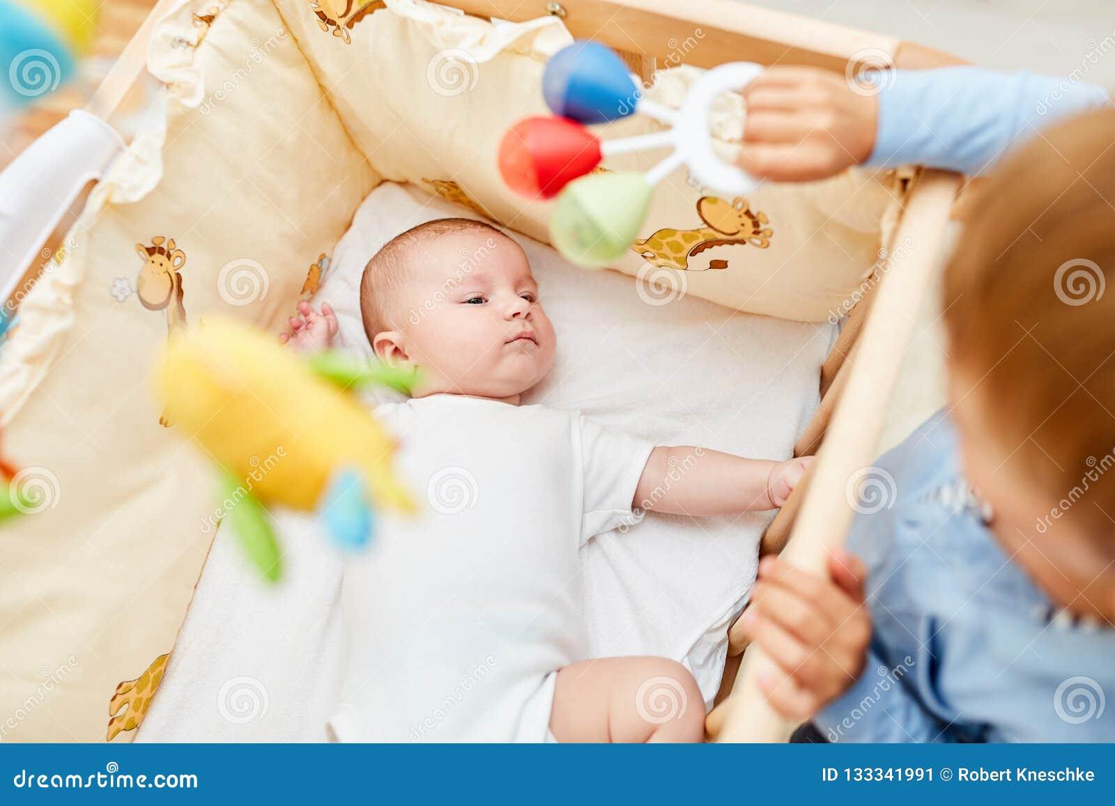 新生儿在轻便小床在