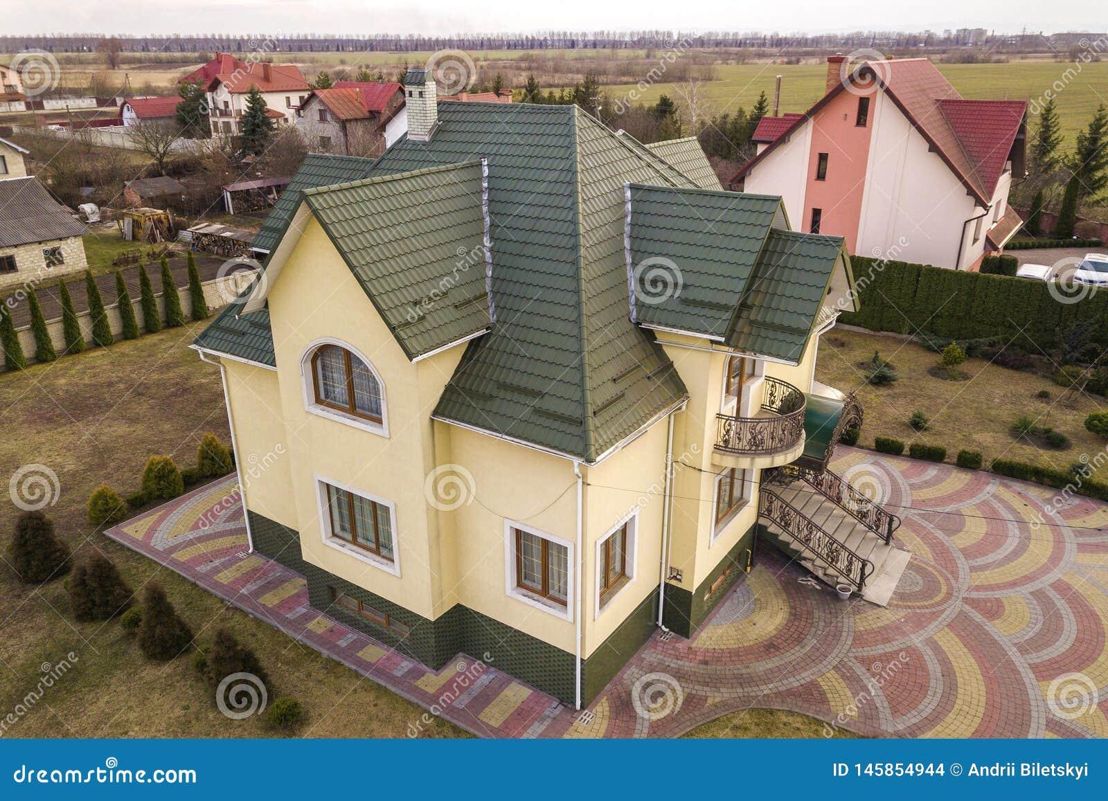 新的住宅房子村庄空中顶视图与木瓦屋顶的在被操刀的大围场在好日子