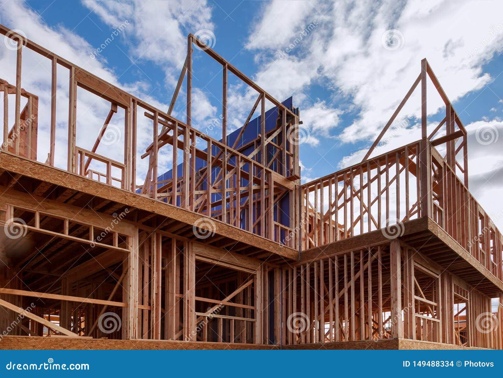 新的家庭建筑外部木柱建筑大厦