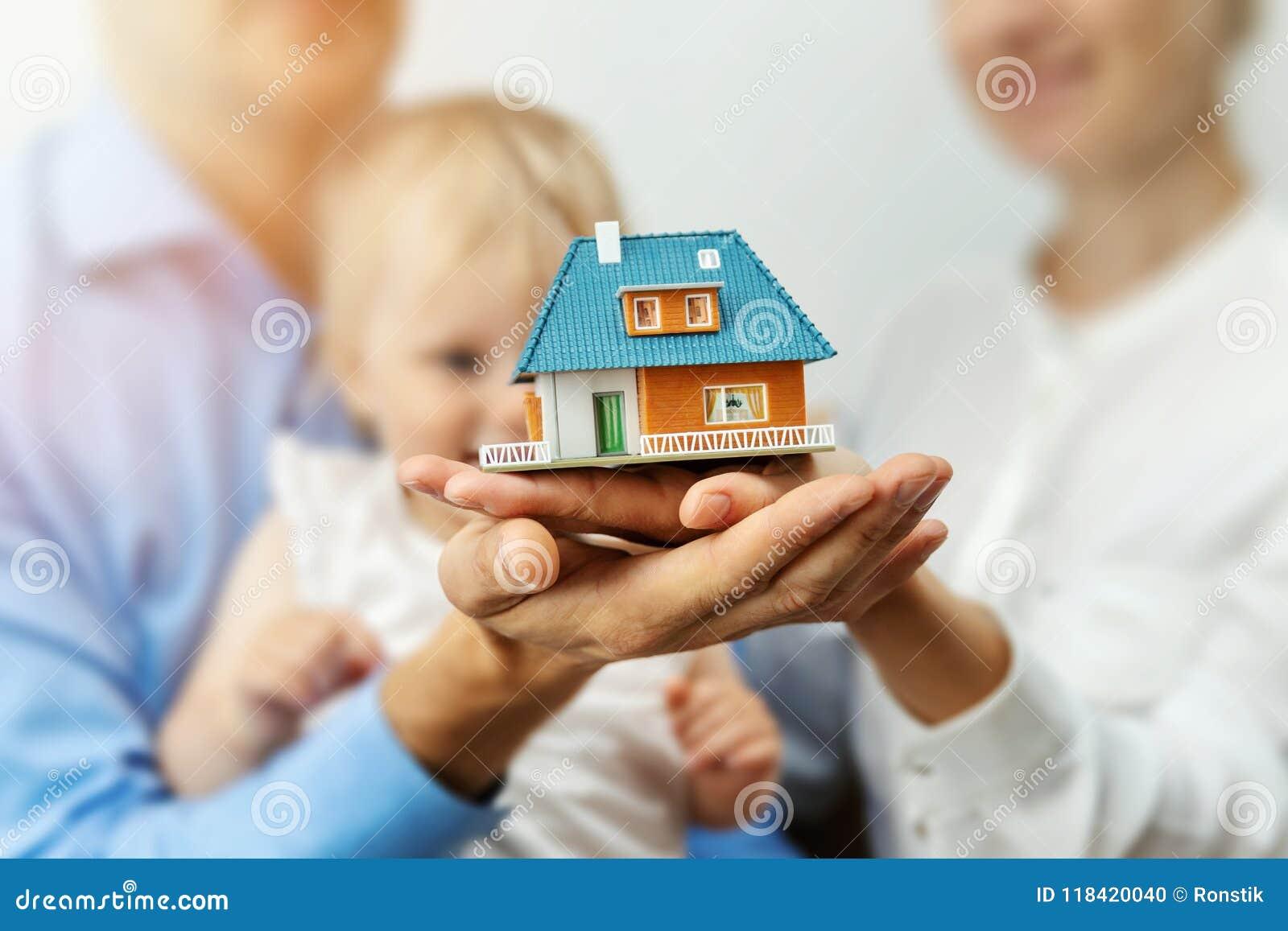 新的家庭概念-与梦之家比例模型的年轻家庭