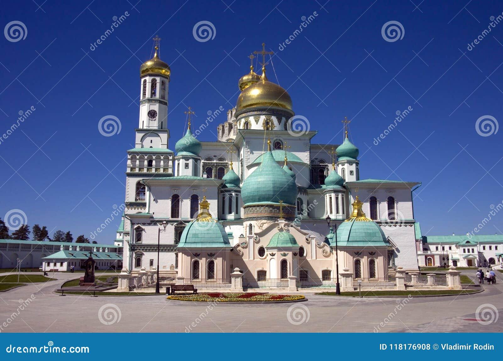 新的耶路撒冷修道院是正统十字架,圣地的钟楼的金黄圆顶的修道院