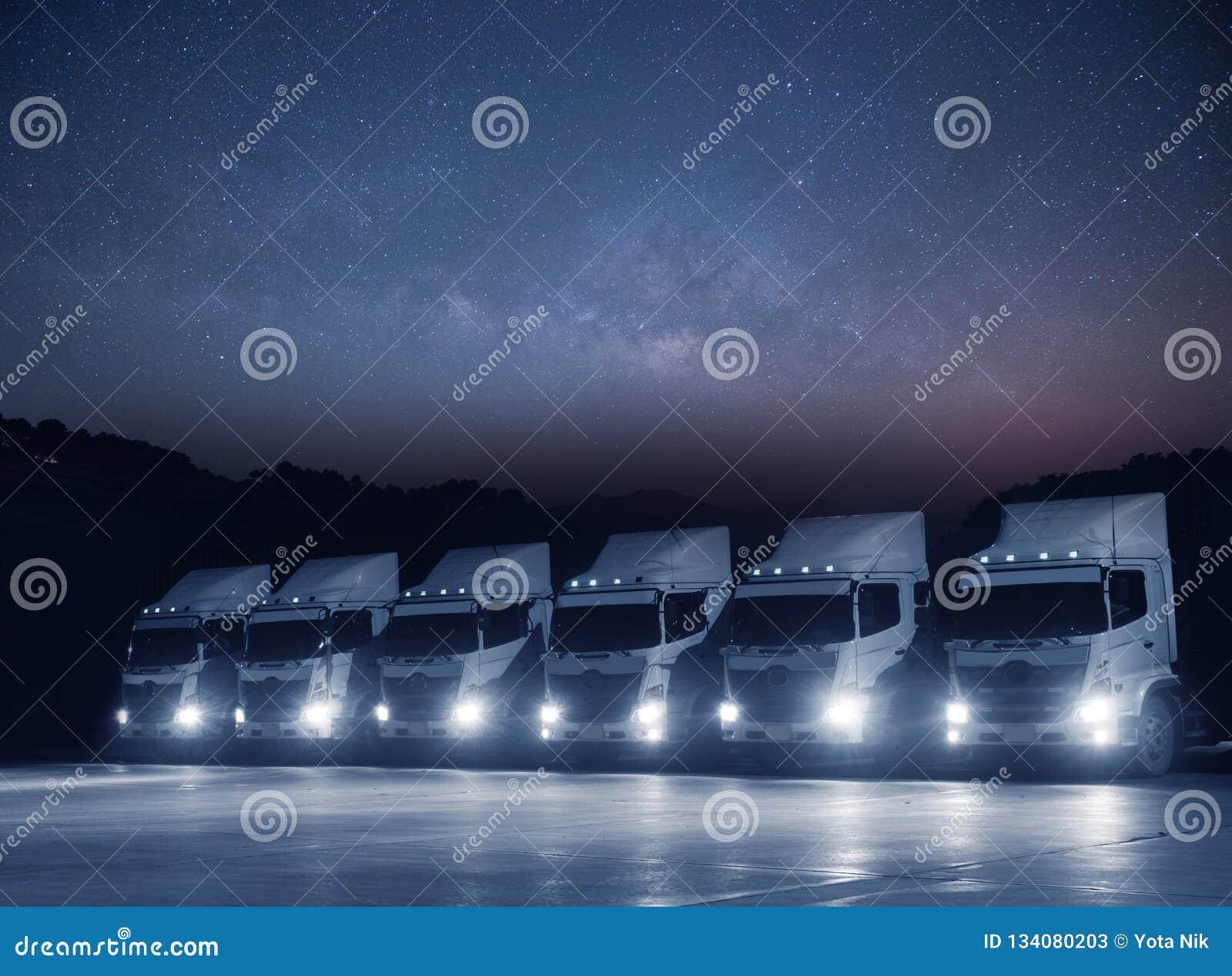 新的运输卡车白色舰队在与milkyway的天文的晚上停放