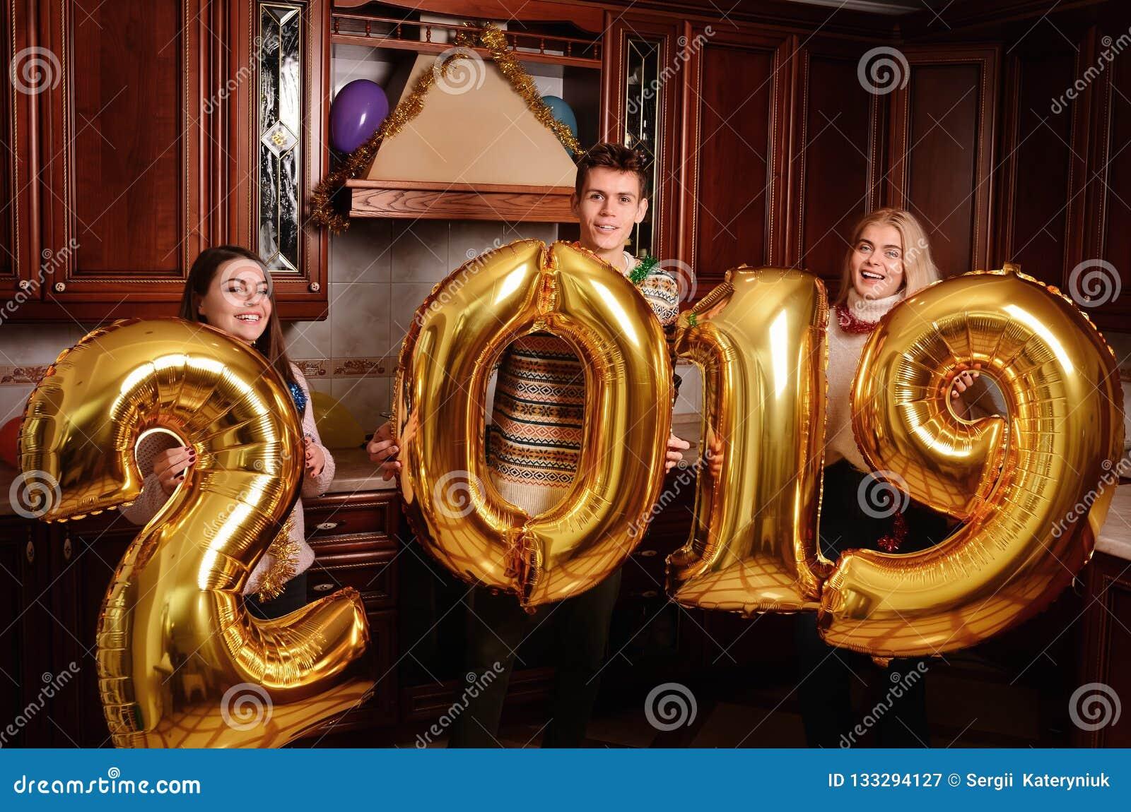 新的2019年来临 小组快乐的年轻人运载