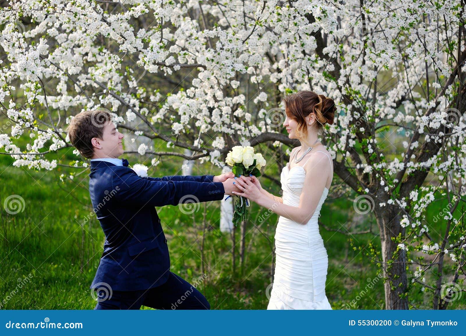 新郎给新娘玫瑰美丽的婚礼花束