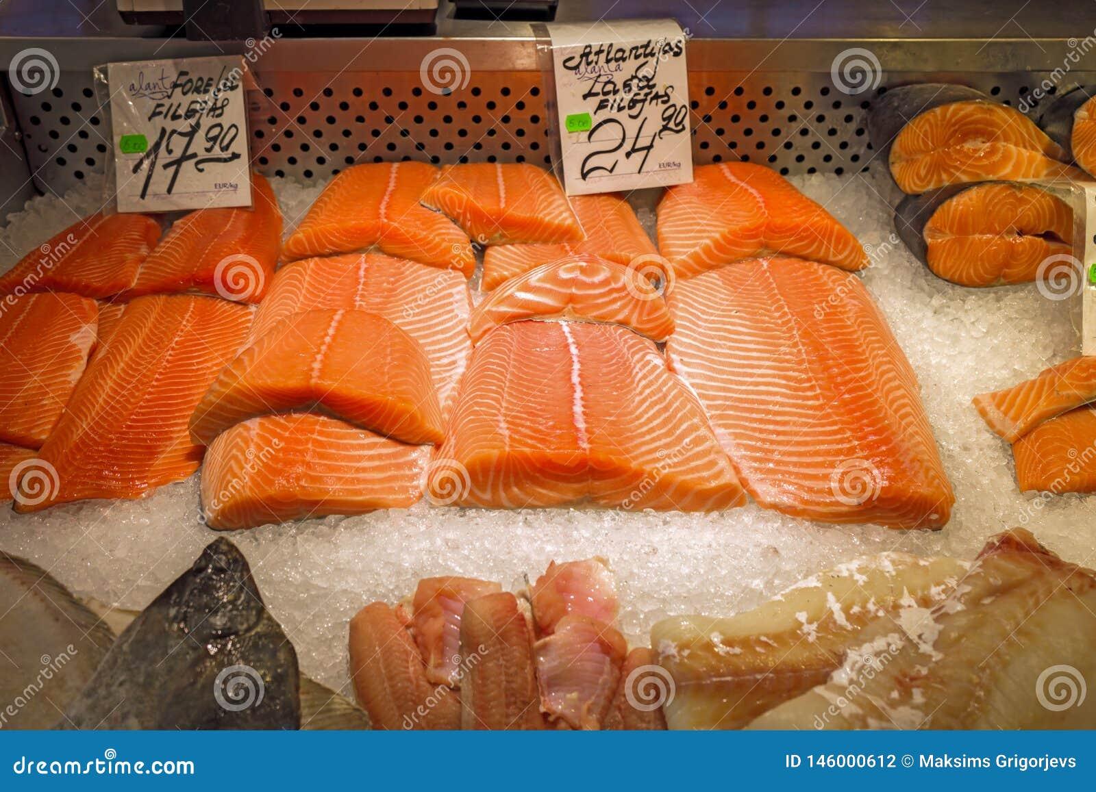 新鲜的三文鱼内圆角在冰的待售在冰箱显示的超级市场商店 红色鱼