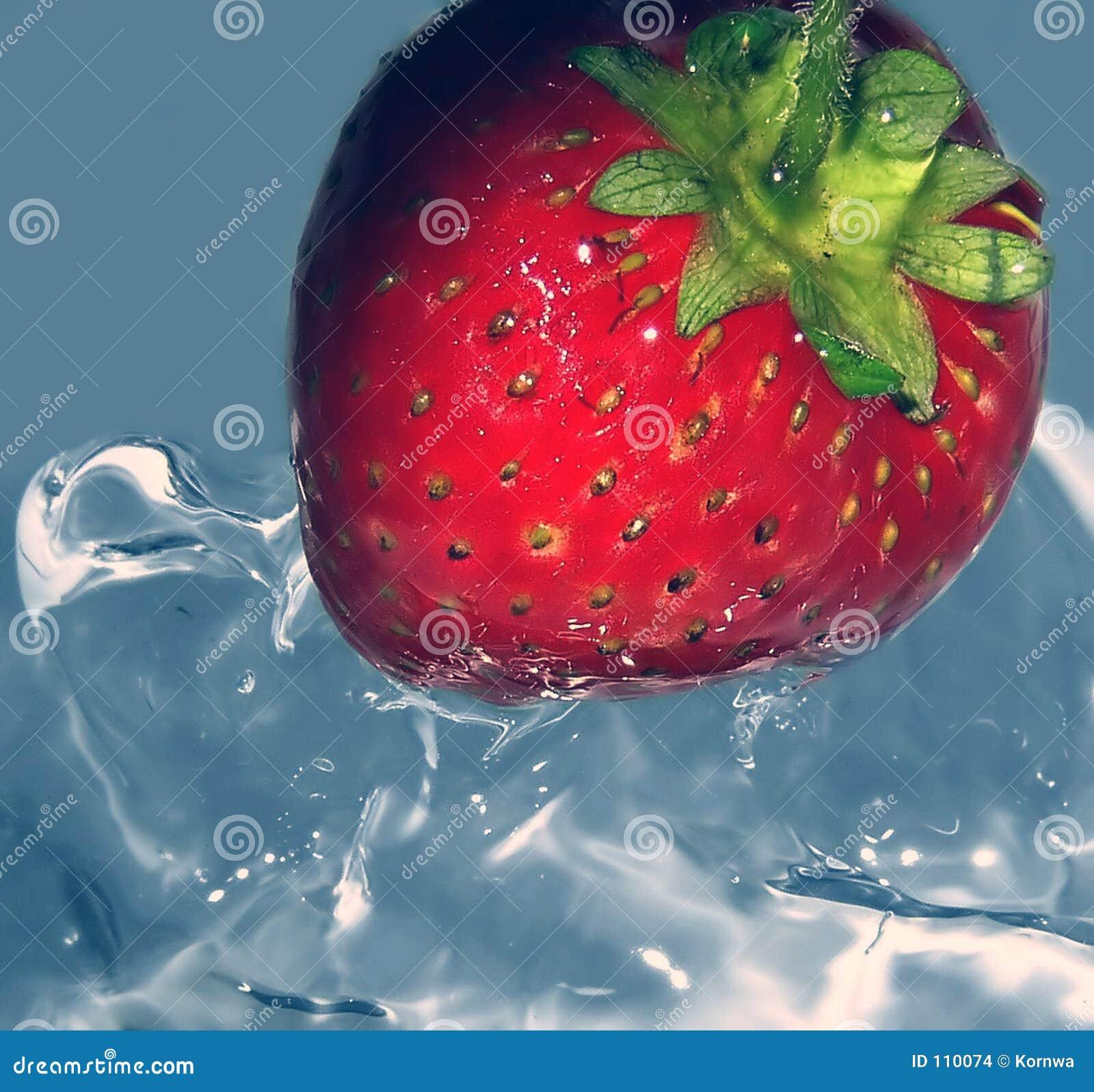 新鲜的冰冷的草莓