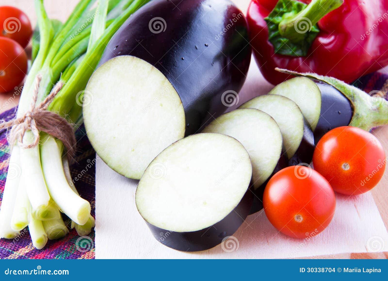 新鲜的切的茄子和菜