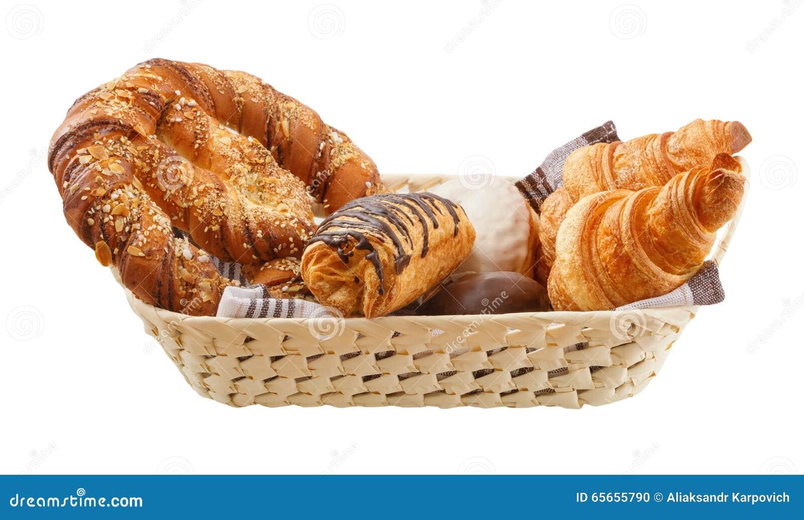 新鲜的小圆面包在篮子